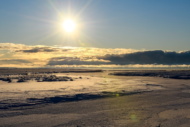 Арктический пейзаж в зимнее время. небольшая река со льдом в тундре.