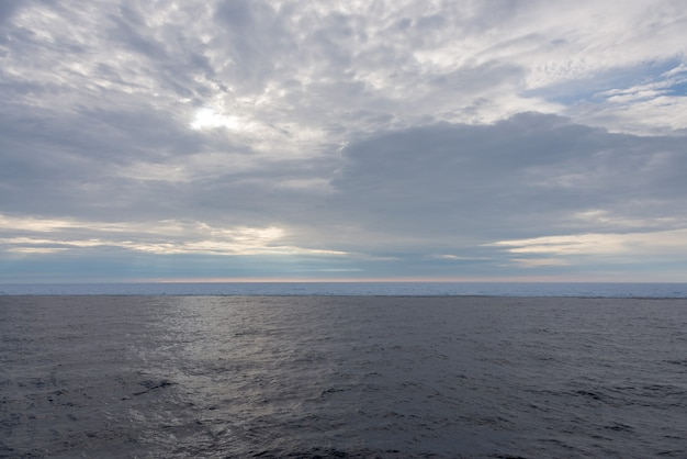 北極の風景-流氷のある海面