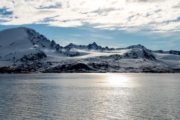 Арктический пейзаж с красивым освещением на шпицбергене