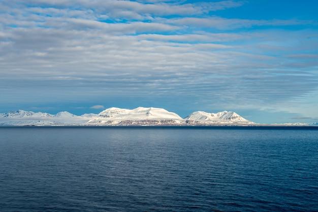 スバールバル諸島の美しい照明のある北極の風景