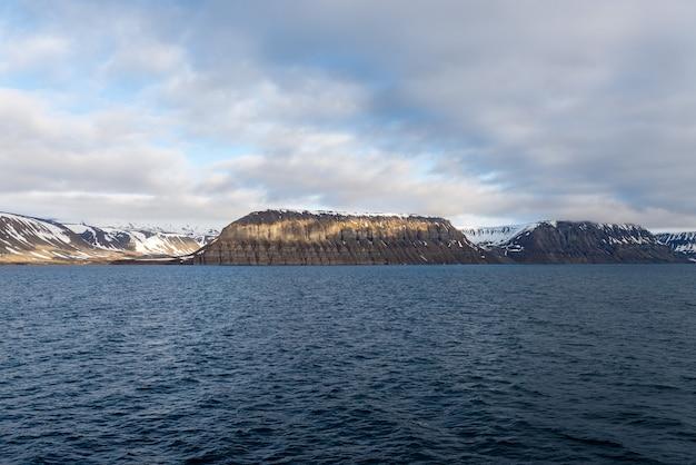 Арктический пейзаж с горы и облака на шпицбергене в летнее время