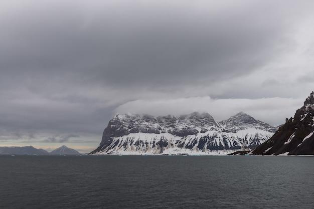 Арктический пейзаж с горами на шпицбергене, норвегия