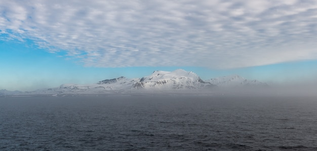探検船からの山の景色と北極の風景