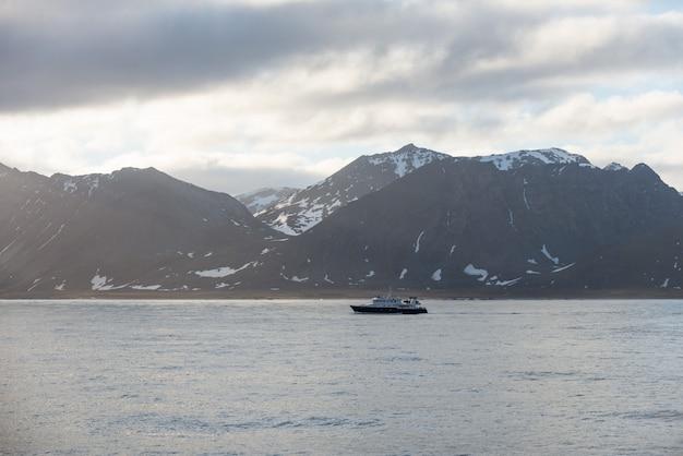 海と山、スバールバル諸島、ノルウェーの北極圏の風景