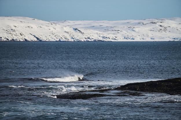 눈 풍경에서 얼음 산맥의 북극 저속. 프리미엄 사진