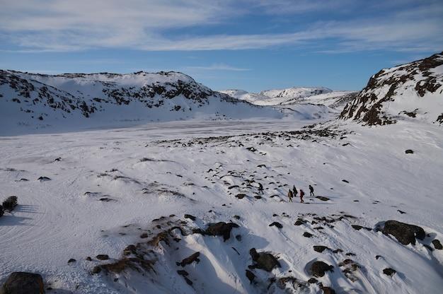 눈 풍경에서 얼음 산맥의 북극 저속.