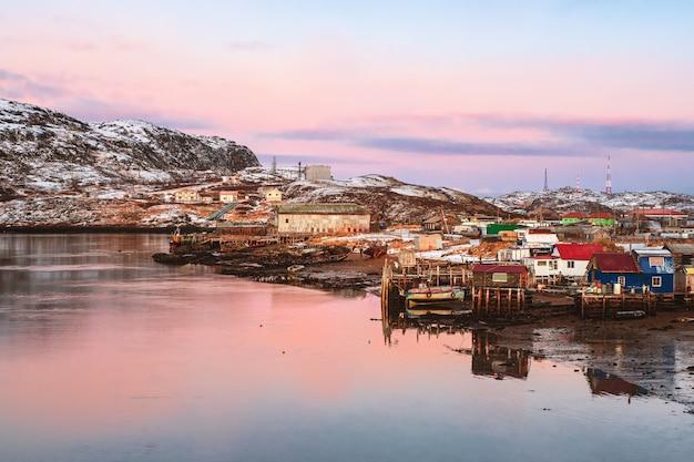 バレンツ海の岸にある北極の村。冬のテリベルカの素晴らしい景色。ロシア。