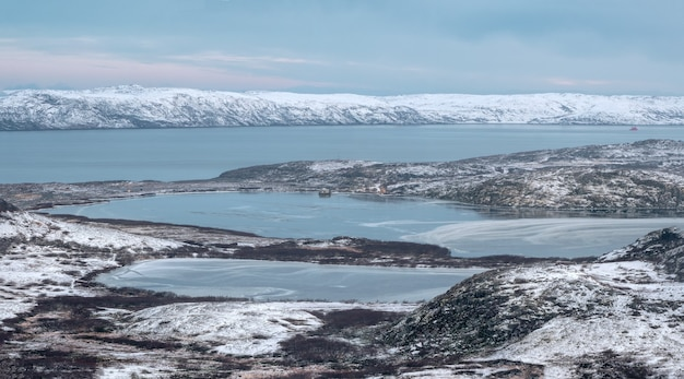 北極の冬の山は届きにくい湖です。北の野生生物。コラ半島。チェベルカ。ロシア。