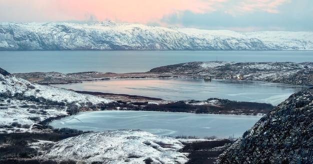 접근하기 어려운 북극의 겨울 산 호수