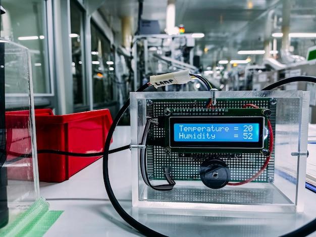 Arduino контролирует сборку широкого элемента человеком