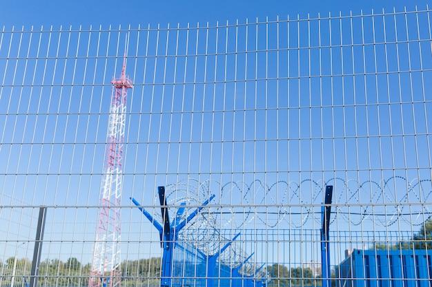 철조망이있는 영역. 위험한 지역. 개인 영역. 에너지 타워