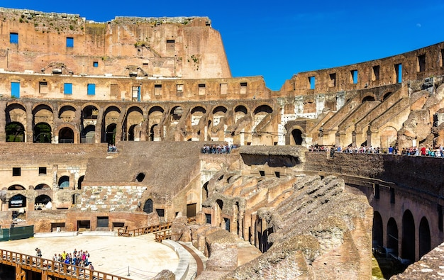 ローマのコロッセオまたはフラビアン円形劇場のアリーナ