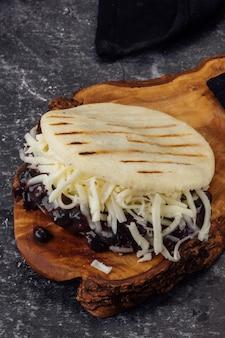 검은콩과 화이트 치즈를 곁들인 아레파. (아레파 도미노)