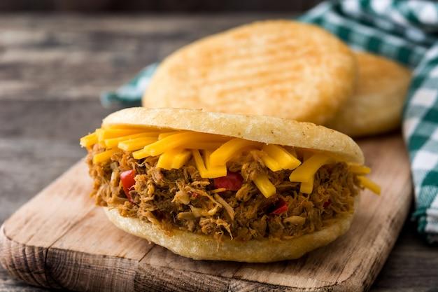 나무 베네수엘라 전형적인 음식에났습니다 쇠고기와 치즈와 아레 파