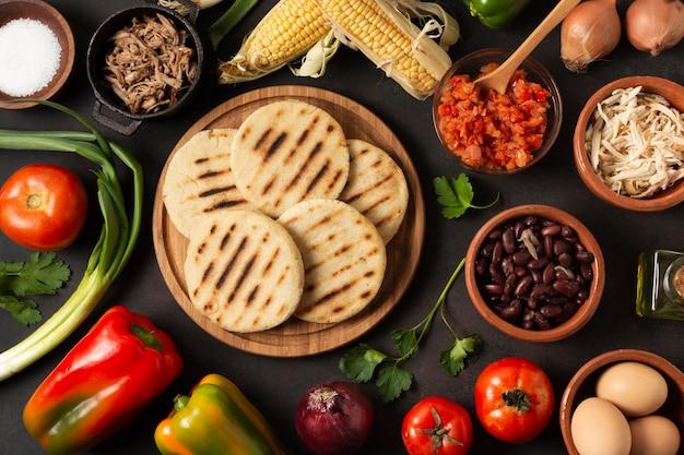 Вид сверху арепы и овощей