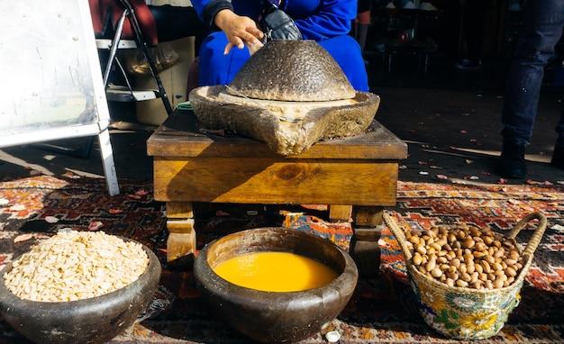 Производство арганового масла из арганового масла из орехов и семян арганы традиционным методом в марокко.