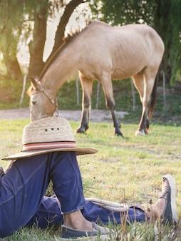 아르헨티나 카우보이(가우초)가 말을 돌보면서 쉬고 있다.
