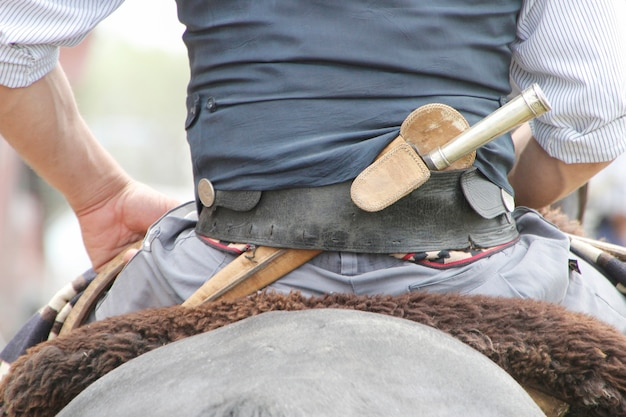 腰に伝統的なファコンを身に着けているアルゼンチンのガウチョ
