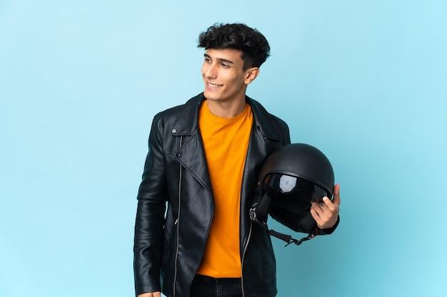 오토바이 헬멧 측면을 찾고 웃 고 아르헨티나 남자