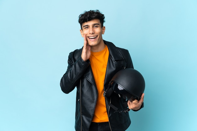 口を大きく開いて叫んでいるオートバイのヘルメットを持つアルゼンチンの男