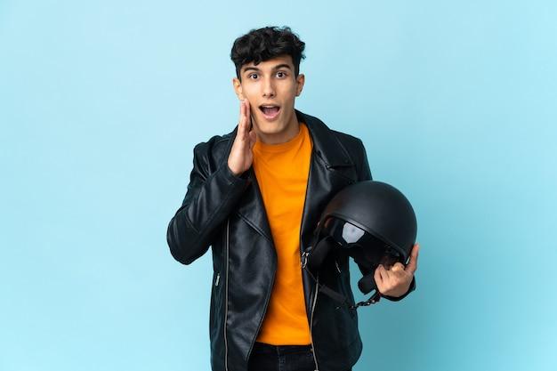 Аргентинский мужчина в мотоциклетном шлеме с удивлением и шокированным выражением лица
