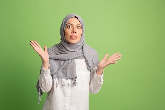 議論し、概念を主張します。ヒジャーブのアラブの女性。スタジオの背景でポーズをとって、女の子の肖像画