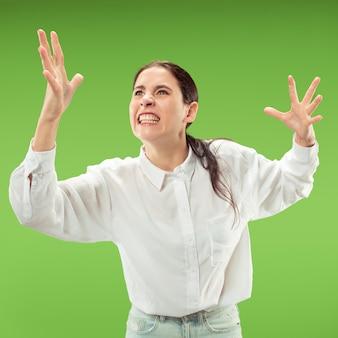 議論し、概念を主張します。緑のスタジオの背景に分離された美しい女性の半分の長さの肖像画。