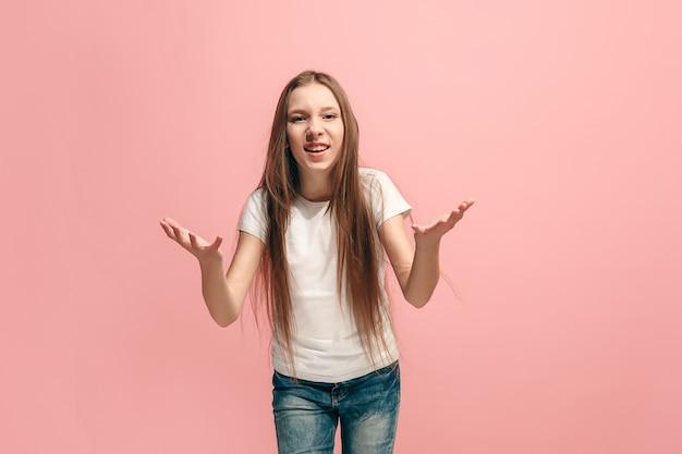 議論、議論の概念。ピンクのスタジオの背景に分離された美しい女性の半分の長さの肖像画。