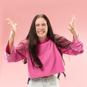 Argomenta, argomentando il concetto. bello ritratto a mezzo busto femminile isolato sul backgroud rosa dello studio. giovane donna sorpresa emotiva che guarda l'obbiettivo. emozioni umane, concetto di espressione facciale