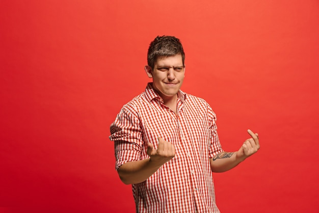 Спорить, аргументируя концепцию. смешной мужской поясной портрет, изолированные на красном фоне студии. молодой эмоциональный удивленный человек