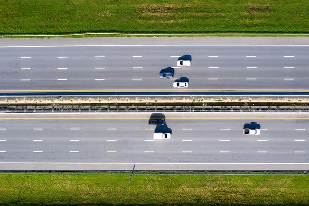 高速道路の高速道路の上面図を備えた近代的な交通のarialビュー。重要なインフラストラクチャ。