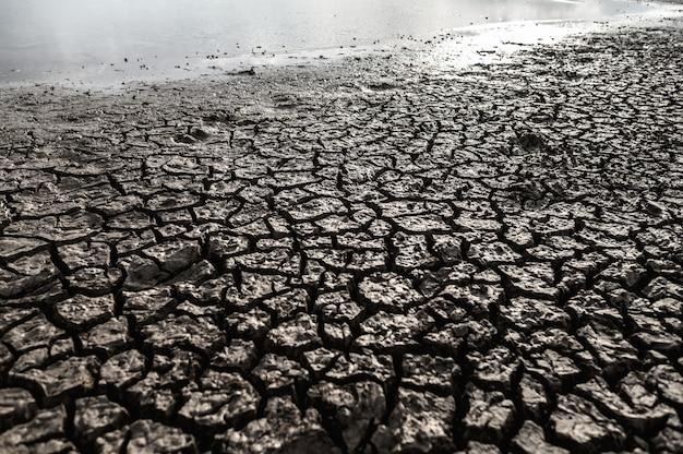 건조하고 갈라진 땅, 지구 온난화가있는 건조한 땅