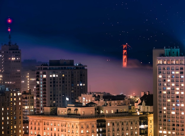 밤 시간에 샌프란시스코에서 건물의 아리엘 샷
