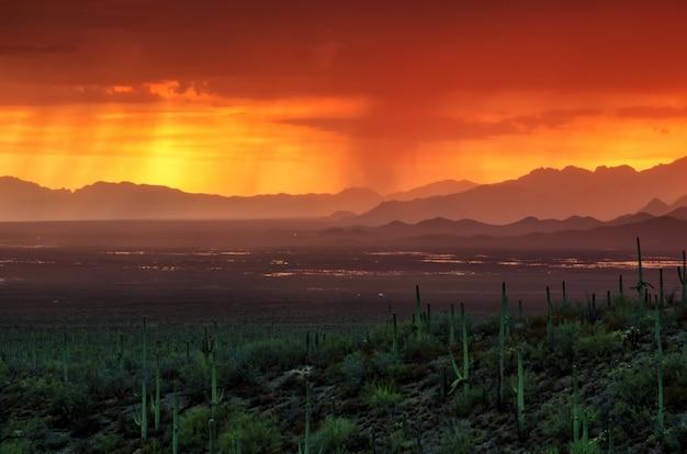 夏のモンスーンシーズン中にアリゾナ州のアヴラ渓谷に沈む夕日