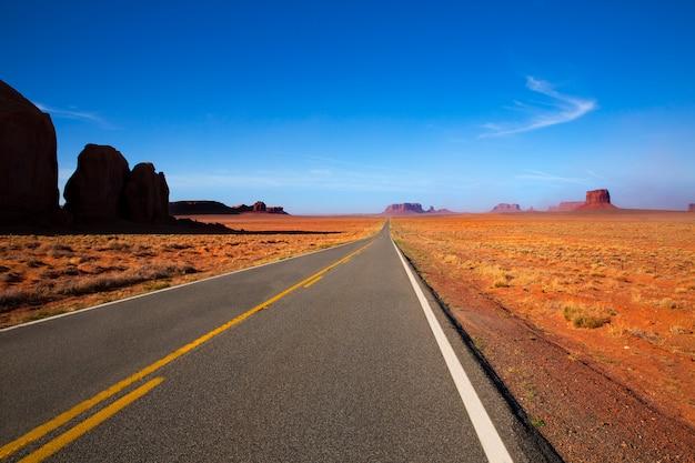 アリゾナ州の米国モニュメントバレーへの風光明媚な道路