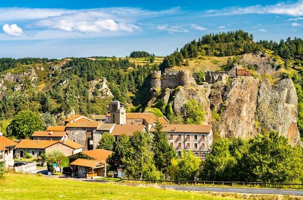 프랑스 루 아르 강의 현무암 바위 위에 성이있는 arlempdes 마을