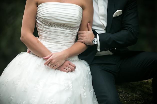 웨딩 드레스와 여자의 팔을 잡아 남자의 팔
