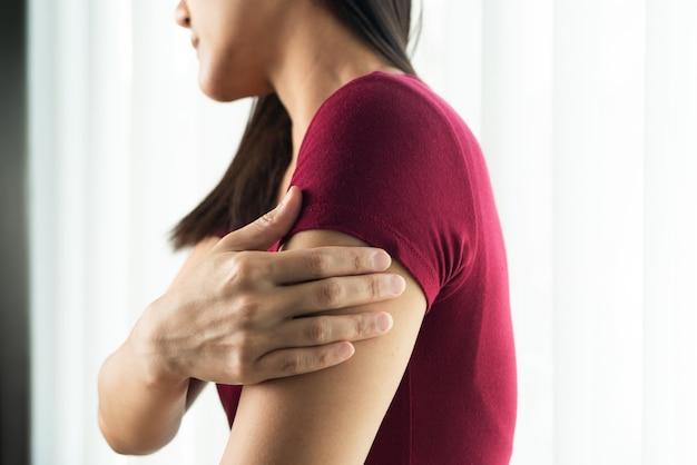 腕三頭筋の怪我の痛みを伴う女性は、医療と薬の回復の概念の作業に苦しんでいます