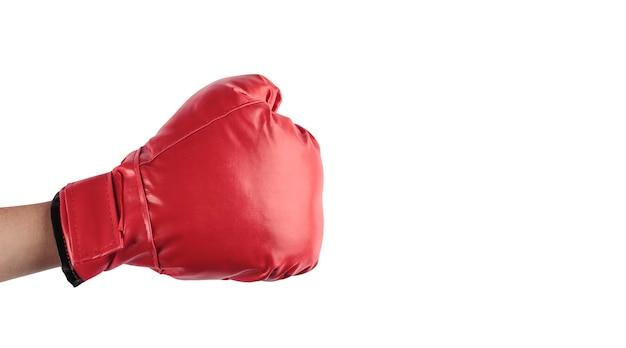 Рука с закрытым кулаком с красной боксерской перчаткой на белом фоне