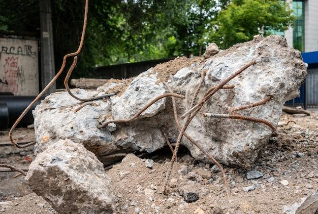 뼈대가 콘크리트 블록에서 튀어나옵니다.