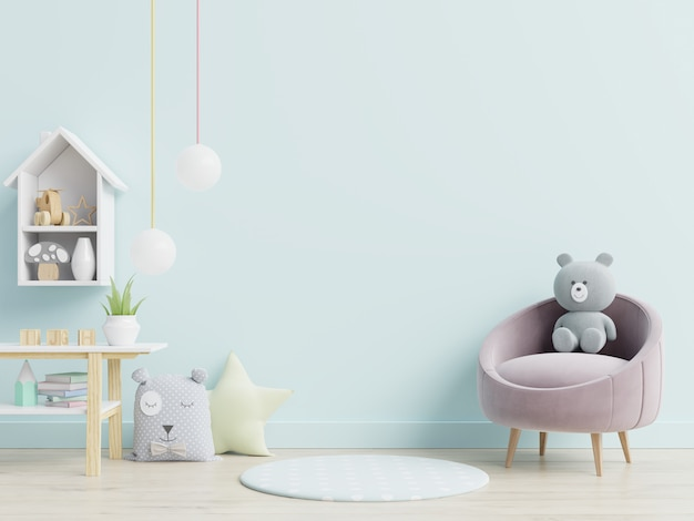 어린이 방에서 안락 의자와 장난감