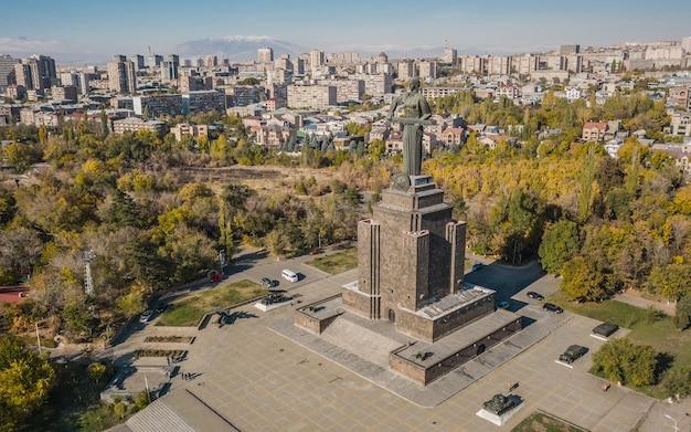 アルメニア、エレバン、2019年11月-母アルメニア像の航空写真