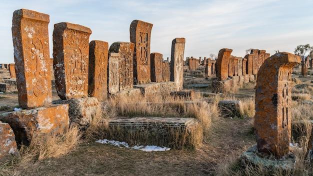 アルメニア、エレバン、2019年11月-中世のノラトゥス墓地にあるハチュカルと呼ばれる古代の墓石