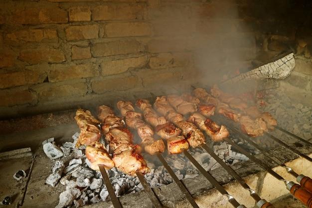아르메니아 전통 점토 오븐에서 굽는 아르메니아 바베큐 또는 khorovats lori 지방 아르메니아