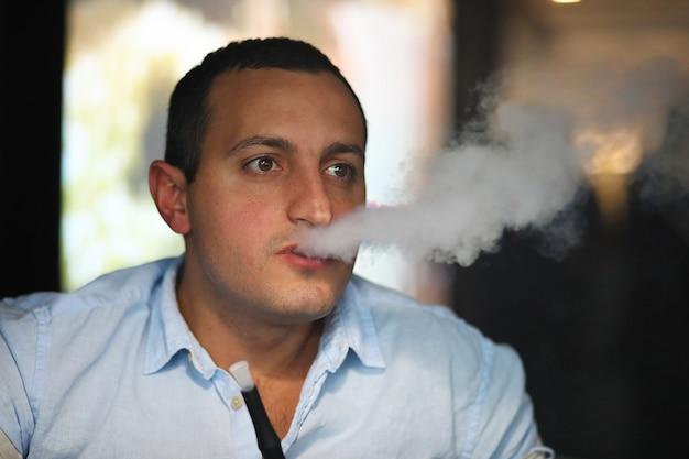 카페에서 아르메니아 잘생긴 남자 초상화 흡연 물 담뱃대