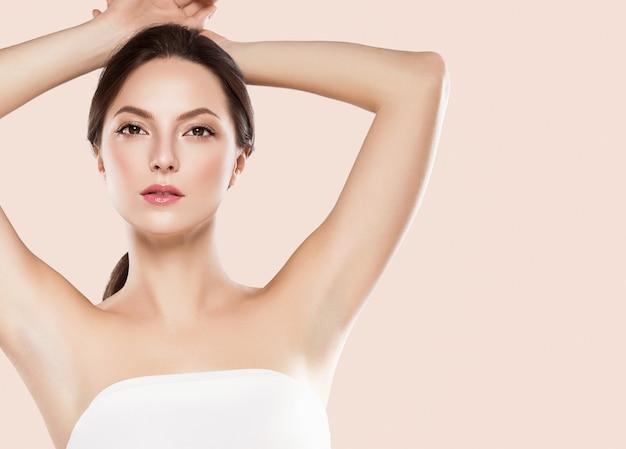 Концепция депиляции женщины подмышек вручает чистую кожу. студийный снимок.