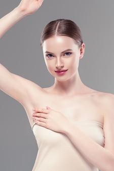 Женщина подмышки вручает концепцию депиляции ухода дезодорантом. студийный снимок.