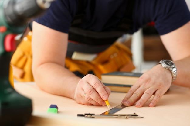 構造計画を立てている労働者の腕