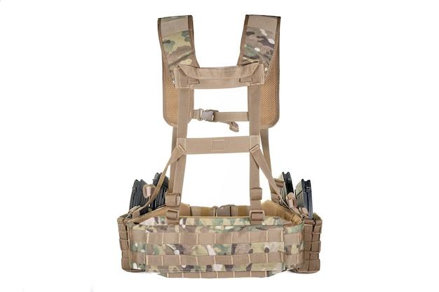 흰색 표면에 육군 장비입니다. 스트랩 재킷, 현대 육군 전투 장비 탄약. 군사 스타일, 군대 항목 세트.
