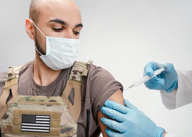 ワクチン接種を受ける軍人
